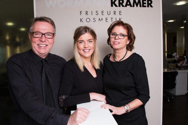 Das Wörmann-Kramer Team vor dem Salon
